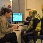 Naistarissa on käytettävissä kaksi tietokonetta, joilla voi hoitaa nettiasioita ja joiden käyttöä neuvotaan tarvittaessa. Monille tietotekniikka on haastavaa, vaikkakin digitaidot koetaan tärkeiksi.