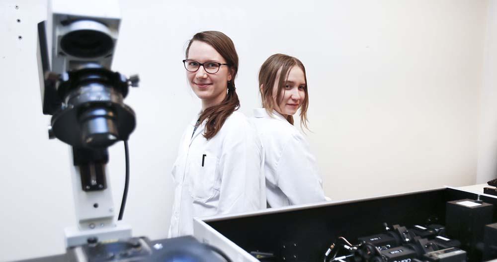 kaksi tyttöä laboratoriossa