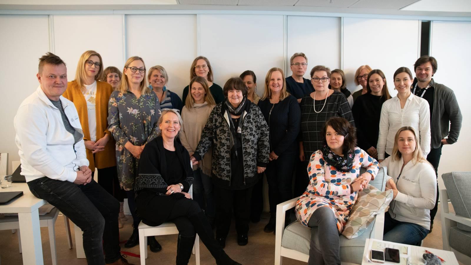 Tuotteistamiskoulutuksen osallistujat ryhmäkuvassa. Keskellä kouluttaja, FT Marja Toivonen.
