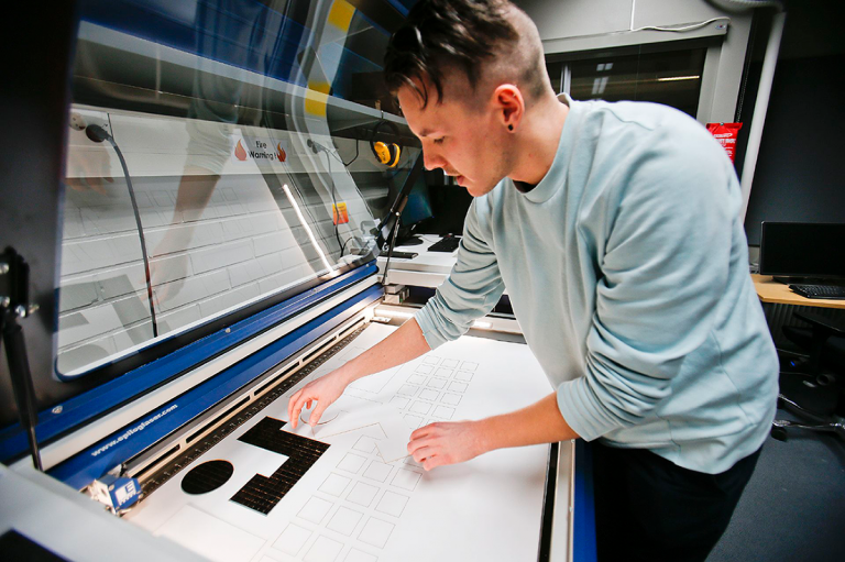 Nuori mies ja laserprintteri