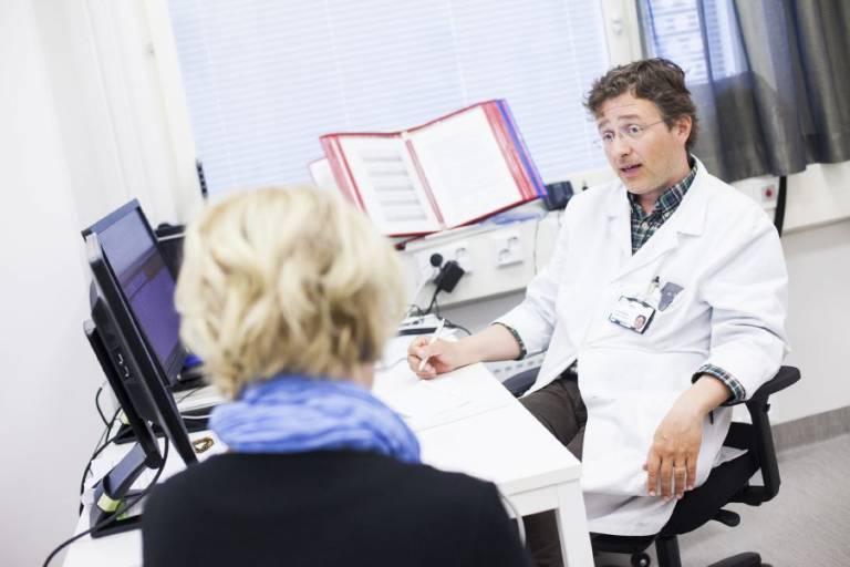 Henkilö lääkärin vastaanotolla