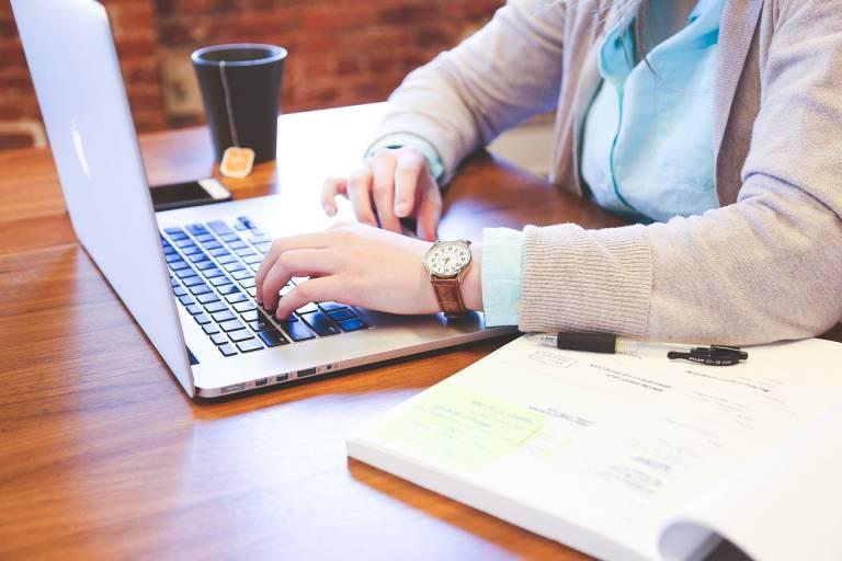 Opiskelija työskentelee kannettavalla tietokoneella.