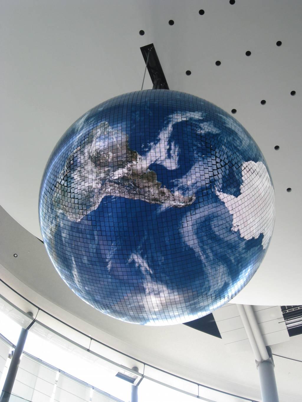 Kuva näyttöruuduista koostuvasta maapallosta