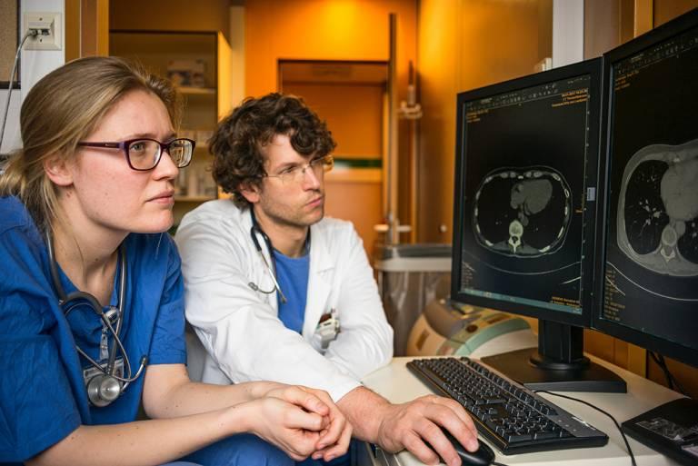 Röntgenhoitajat tutkimassa röntgenkuvia.