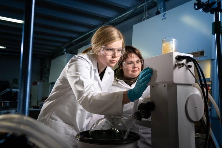 Kaksi naista tekee tutkimusta laboratoriossa.