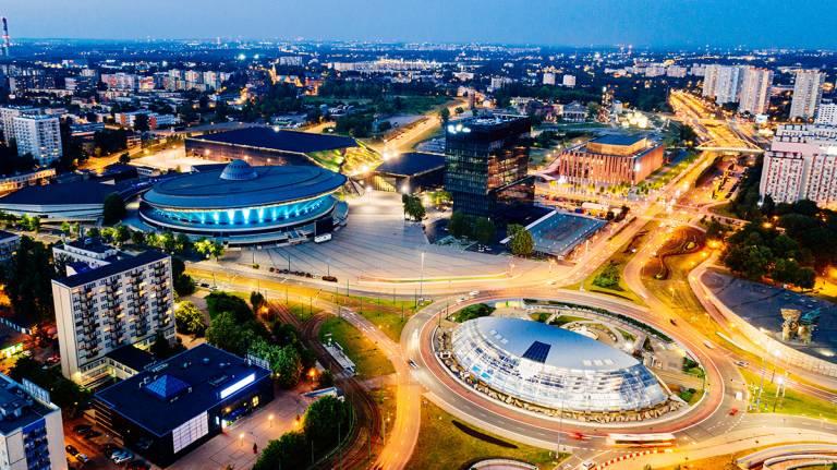Öinen ilmakuva puolalaiskaupunki Katowicesta