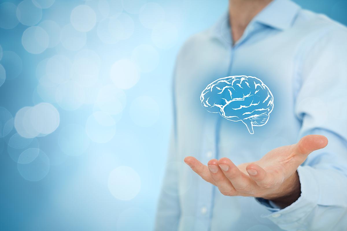 Valkopaitainen mies pitelee kädessään virtuaalisia aivoja.